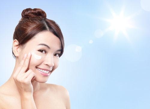 Dưỡng ẩm cho da mụn tốt cần kèm với chống nắng