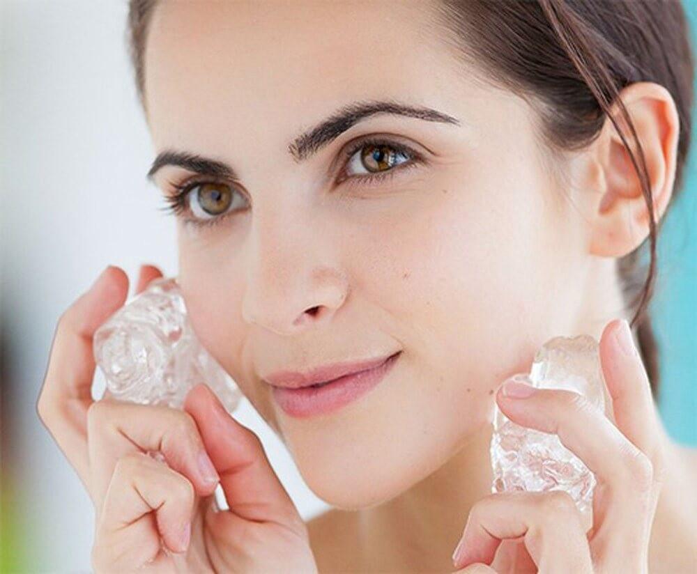 Chườm đá lên mặt vào mỗi buổi sáng có tác dụng gì?